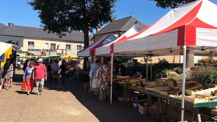 Le Marché hebdomadaire de La Chapelle-des-Fougeretz. Il se déroule tous les Samedis de 8h à 13h