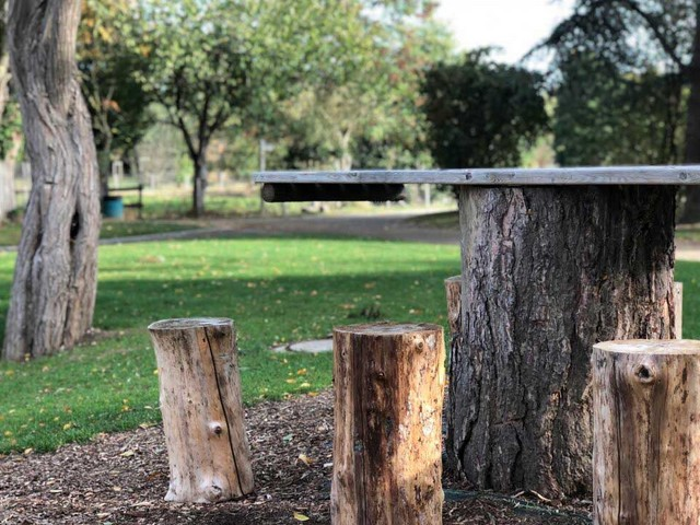 Une table en bois à La Chapelle-des-Fougeretz