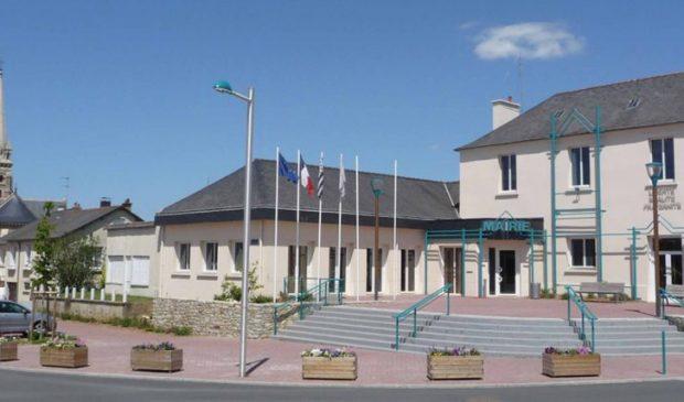 Le parvis de la Mairie de La Chapelle-des-Fougeretz